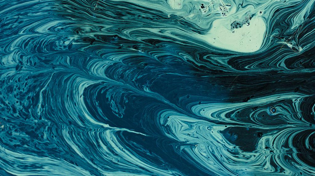 Gordura na superfície da água e paredes da piscina.